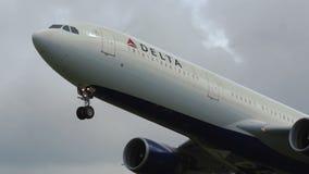 Κινηματογράφηση σε πρώτο πλάνο του airbus A330 της απογείωσης της Delta Airlines απόθεμα βίντεο