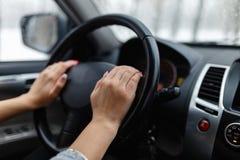Κινηματογράφηση σε πρώτο πλάνο του woman& x27 χέρι του s που κρατά ένα τιμόνι στοκ φωτογραφία με δικαίωμα ελεύθερης χρήσης