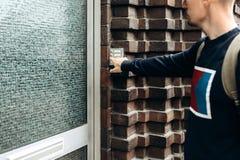 Κινηματογράφηση σε πρώτο πλάνο Το άτομο χτυπά το doorbell στοκ φωτογραφία με δικαίωμα ελεύθερης χρήσης