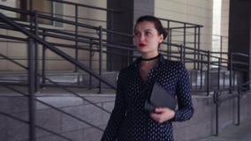 Κινηματογράφηση σε πρώτο πλάνο Το επιχειρησιακό duvushka πηγαίνει να λειτουργήσει με μια τσάντα στα χέρια του απόθεμα βίντεο