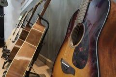 Κινηματογράφηση σε πρώτο πλάνο το μέλος του σώματος της ακουστικής κιθάρας Στοκ φωτογραφία με δικαίωμα ελεύθερης χρήσης