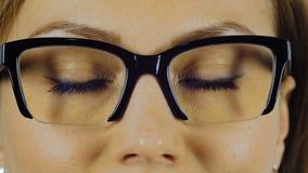 Κινηματογράφηση σε πρώτο πλάνο το των ματιών γυναικών ` s στα γυαλιά για τη θέα φιλμ μικρού μήκους