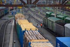 Κινηματογράφηση σε πρώτο πλάνο τραίνων φορτίου Εναέρια άποψη των τραίνων στο σιδηρόδρομο STAT Στοκ φωτογραφία με δικαίωμα ελεύθερης χρήσης