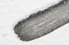 Κινηματογράφηση σε πρώτο πλάνο τυπωμένων υλών ελαστικών αυτοκινήτου χιονιού στοκ εικόνες