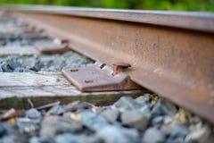 Κινηματογράφηση σε πρώτο πλάνο των ακίδων και των δεσμών σιδηροδρόμου Στοκ Εικόνα