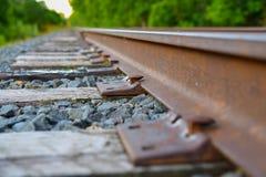 Κινηματογράφηση σε πρώτο πλάνο των ακίδων και των δεσμών σιδηροδρόμου Στοκ Φωτογραφία