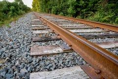 Κινηματογράφηση σε πρώτο πλάνο των ακίδων και των δεσμών σιδηροδρόμου Στοκ φωτογραφία με δικαίωμα ελεύθερης χρήσης