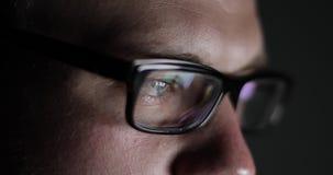 Κινηματογράφηση σε πρώτο πλάνο των αρσενικών ματιών με τα γυαλιά απόθεμα βίντεο