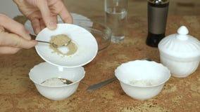 Κινηματογράφηση σε πρώτο πλάνο των αρσενικών χεριών που κατασκευάζουν τη σάλτσα κοτόπουλου Σάλτσα, αλεύρι και καρυκεύματα σόγιας  φιλμ μικρού μήκους