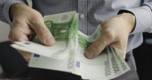 Κινηματογράφηση σε πρώτο πλάνο των αρσενικών χεριών που μετρούν εκατό ευρο- λογαριασμούς απόθεμα βίντεο