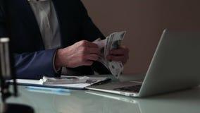 Κινηματογράφηση σε πρώτο πλάνο των αρσενικών χεριών που μετρούν χρήματα μετρητών μεγάλου ποσού φιλμ μικρού μήκους