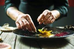 Κινηματογράφηση σε πρώτο πλάνο των αρσενικών χεριών που προετοιμάζουν το μοριακό πιάτο στοκ εικόνα