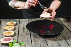 Κινηματογράφηση σε πρώτο πλάνο των αρσενικών χεριών που προετοιμάζουν το μοριακό πιάτο στοκ φωτογραφίες