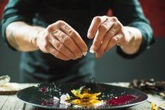 Κινηματογράφηση σε πρώτο πλάνο των αρσενικών χεριών που προετοιμάζουν το μοριακό πιάτο στοκ φωτογραφία με δικαίωμα ελεύθερης χρήσης