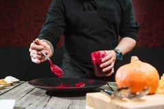 Κινηματογράφηση σε πρώτο πλάνο των αρσενικών χεριών που προετοιμάζουν το σύγχρονο μοριακό πιάτο στοκ φωτογραφία με δικαίωμα ελεύθερης χρήσης