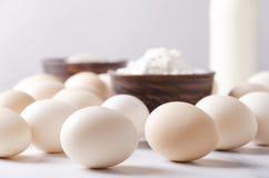 Κινηματογράφηση σε πρώτο πλάνο των αυγών, τεσσάρων και του ποτηριού από το γάλα Διαδικασία μαγειρέματος Συστατικά για την προετοι στοκ φωτογραφία με δικαίωμα ελεύθερης χρήσης
