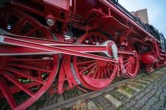 Κινηματογράφηση σε πρώτο πλάνο των βαριών ροδών σιδήρου μιας ιστορικής ατμομηχανής στοκ φωτογραφία με δικαίωμα ελεύθερης χρήσης