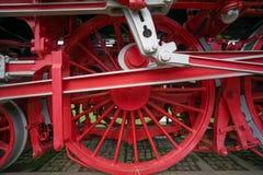 Κινηματογράφηση σε πρώτο πλάνο των βαριών ροδών σιδήρου μιας ιστορικής ατμομηχανής στοκ εικόνα με δικαίωμα ελεύθερης χρήσης