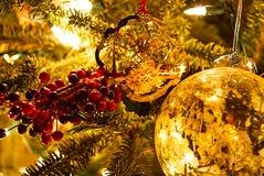 Κινηματογράφηση σε πρώτο πλάνο των διακοσμήσεων Χριστουγέννων σε ένα δέντρο στοκ φωτογραφίες