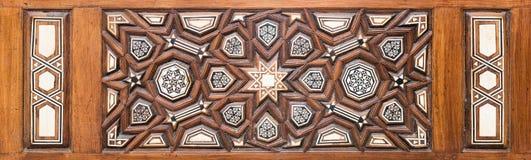 Κινηματογράφηση σε πρώτο πλάνο των διακοσμήσεων arabesque μιας παλαιάς ηλικίας διακοσμημένης ξύλινης πόρτας Στοκ εικόνα με δικαίωμα ελεύθερης χρήσης