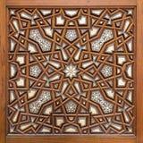 Κινηματογράφηση σε πρώτο πλάνο των διακοσμήσεων arabesque μιας παλαιάς ηλικίας διακοσμημένης ξύλινης πόρτας Στοκ Φωτογραφία
