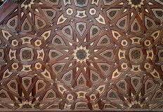 Κινηματογράφηση σε πρώτο πλάνο των διακοσμήσεων arabesque παλαιού ηλικίας διακοσμημένου minbar του μουσουλμανικού τεμένους Al Nas στοκ εικόνα