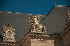 Κινηματογράφηση σε πρώτο πλάνο των διακοσμητικών γλυπτών στο εσωτερικό προαύλιο του παλατιού Les Invalides στο Παρίσι στοκ εικόνα με δικαίωμα ελεύθερης χρήσης
