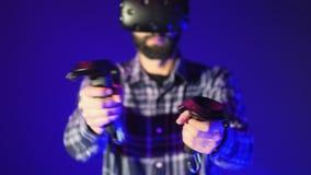 Κινηματογράφηση σε πρώτο πλάνο των ελεγκτών από VR, βλαστοί σε ένα παιχνίδι εικονικής πραγματικότητας σκοπευτών Άτομο που φορά τη απόθεμα βίντεο