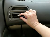 Κινηματογράφηση σε πρώτο πλάνο των εξαεριστήρων ρύθμισης χεριών στην κατεύθυνση αέρα αλλαγής μέσα σε ένα αυτοκίνητο Στοκ φωτογραφίες με δικαίωμα ελεύθερης χρήσης