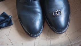 Κινηματογράφηση σε πρώτο πλάνο των εξαρτημάτων των ατόμων Παπούτσια, ζώνη, wristwatch και δεσμός απόθεμα βίντεο
