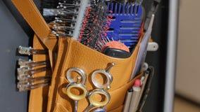 Κινηματογράφηση σε πρώτο πλάνο των επαγγελματικών εξαρτημάτων εργαλείων εξοπλισμού του hairstylist κομμωτών στο σαλόνι ομορφιάς τ απόθεμα βίντεο
