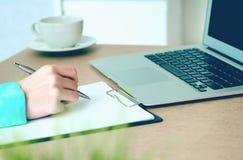 Κινηματογράφηση σε πρώτο πλάνο των θηλυκών χεριών που γράφουν κάτι στη συνεδρίαση περιοχών αποκομμάτων στο γραφείο στοκ εικόνες με δικαίωμα ελεύθερης χρήσης