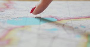 Κινηματογράφηση σε πρώτο πλάνο των θηλυκών χεριών που δείχνουν στις θέσεις χαρτών ταξιδιού που επισκέπτονται Μετακινηθείτε τον πυ απόθεμα βίντεο