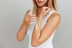 Κινηματογράφηση σε πρώτο πλάνο των θηλυκών χεριών που εφαρμόζουν την κρέμα χεριών Φροντίδα δέρματος χεριών στοκ εικόνες