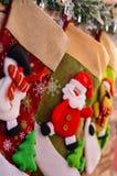 Κινηματογράφηση σε πρώτο πλάνο των καλτσών Χριστουγέννων για τα δώρα στην εστία στη Παραμονή Πρωτοχρονιάς για Άγιο Βασίλη στοκ φωτογραφίες με δικαίωμα ελεύθερης χρήσης