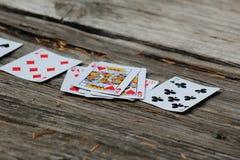 Κινηματογράφηση σε πρώτο πλάνο των καρτών παιχνιδιού στον παλαιό υπαίθριο ξύλινο πίνακα στοκ φωτογραφία με δικαίωμα ελεύθερης χρήσης