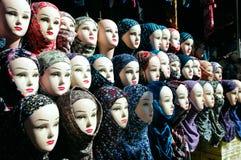 Κινηματογράφηση σε πρώτο πλάνο των κεφαλιών ενός μανεκέν στο hijab στοκ εικόνα