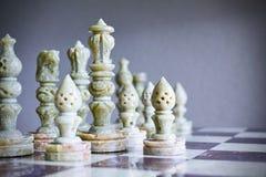 Κινηματογράφηση σε πρώτο πλάνο των κομματιών σκακιού στη σκακιέρα Στοκ Φωτογραφίες