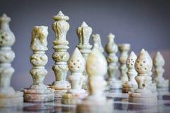 Κινηματογράφηση σε πρώτο πλάνο των κομματιών σκακιού στη σκακιέρα Στοκ φωτογραφία με δικαίωμα ελεύθερης χρήσης