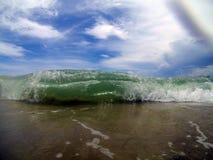 Κινηματογράφηση σε πρώτο πλάνο των κυμάτων που συντρίβουν την ακτή στο νησί του ST George, ΛΦ στοκ εικόνες