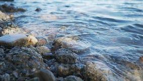 Κινηματογράφηση σε πρώτο πλάνο των κυμάτων πρωινού στην ωκεάνια ακτή σε Καλιφόρνια Στοκ φωτογραφία με δικαίωμα ελεύθερης χρήσης