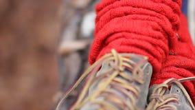 Κινηματογράφηση σε πρώτο πλάνο των κόκκινων περικνημίδων των γυναικών των παπουτσιών και Κορίτσι στο δάσος φθινοπώρου φιλμ μικρού μήκους