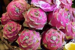 Κινηματογράφηση σε πρώτο πλάνο των κόκκινων ώριμων pitayas ή των άσπρων φρούτων δράκων pitahayas στην αγορά στοκ φωτογραφία με δικαίωμα ελεύθερης χρήσης