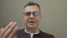 Κινηματογράφηση σε πρώτο πλάνο των μέσης ηλικίας ατόμων, η οποία γέρνει κάτω και φωνάζει και κραυγάζει απόθεμα βίντεο