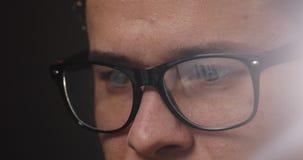 Κινηματογράφηση σε πρώτο πλάνο των ματιών ατόμων ` s στα γυαλιά ενώ εργάζεται στο lap-top στην αρχή απόθεμα βίντεο