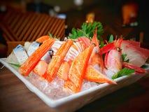 Κινηματογράφηση σε πρώτο πλάνο των μικτών Sashimi καθορισμένων ιαπωνικών τροφίμων στο άσπρο πιάτο στοκ εικόνες