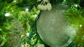 Κινηματογράφηση σε πρώτο πλάνο των μούρων Χριστουγέννων και της ασημένιας διακόσμησης στο δέντρο στοκ εικόνες