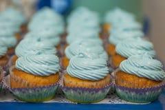 Κινηματογράφηση σε πρώτο πλάνο των μπλε cupcakes Εκλεκτική εστίαση Το γλυκό muffin έννοιας τροφίμων επιδορπίων νόστιμο ντους μωρώ Στοκ εικόνα με δικαίωμα ελεύθερης χρήσης