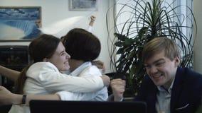 Κινηματογράφηση σε πρώτο πλάνο των νέων συναδέλφων που διεγείρονται από το επιχειρησιακό επίτευγμα Ευτυχείς επιχειρηματίες που γι απόθεμα βίντεο