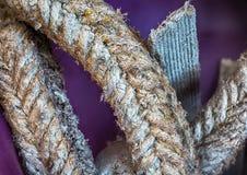 Κινηματογράφηση σε πρώτο πλάνο των παλαιών βρώμικων τραχιών σχοινιών στοκ φωτογραφία με δικαίωμα ελεύθερης χρήσης